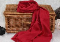 czerwony szal z bawelny
