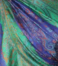 szal jedwabny ze wzorem jamawar w kolorze granatowym